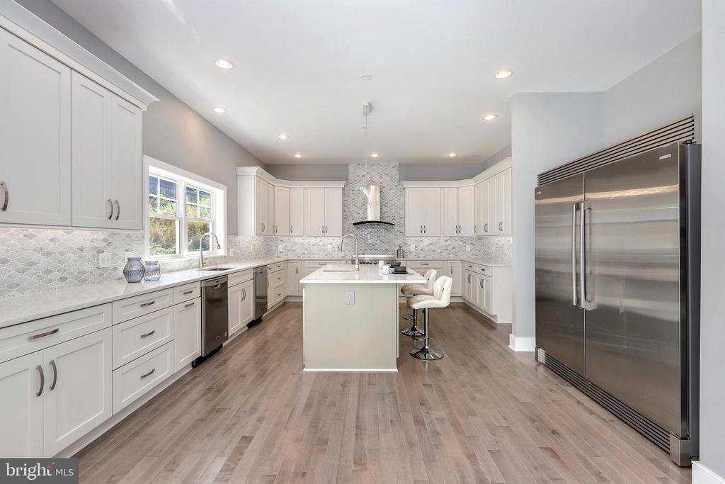 Extra long counter space, 2 dishwashers - 1349 GORDON LN, MCLEAN