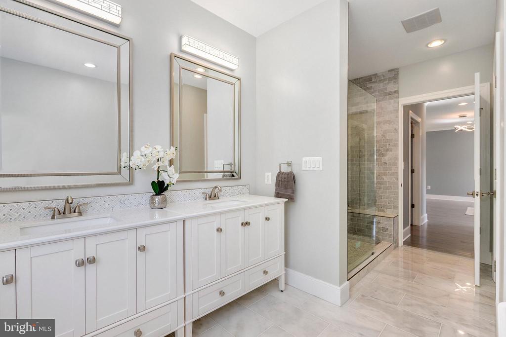 MBA dual vanities, marble floor - 1349 GORDON LN, MCLEAN