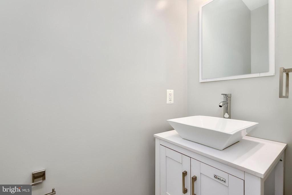 Main level half bath - 1349 GORDON LN, MCLEAN