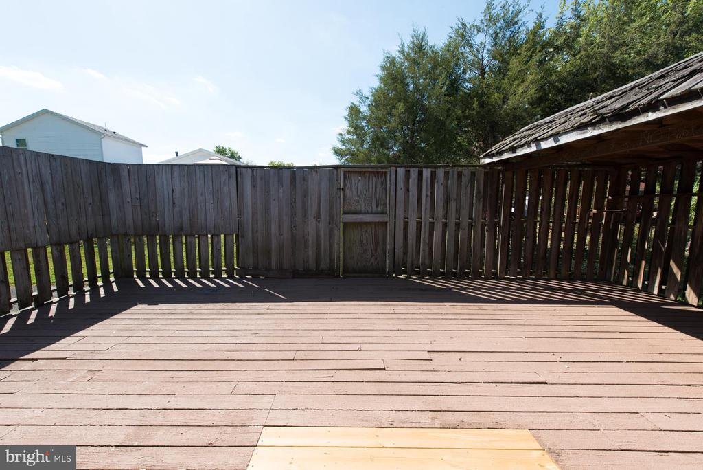Enjoy dinners from your private deck - 203 W HANOVER PL, STERLING