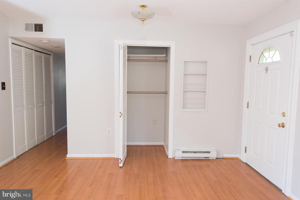 Time to head down the hall - 203 W HANOVER PL, STERLING