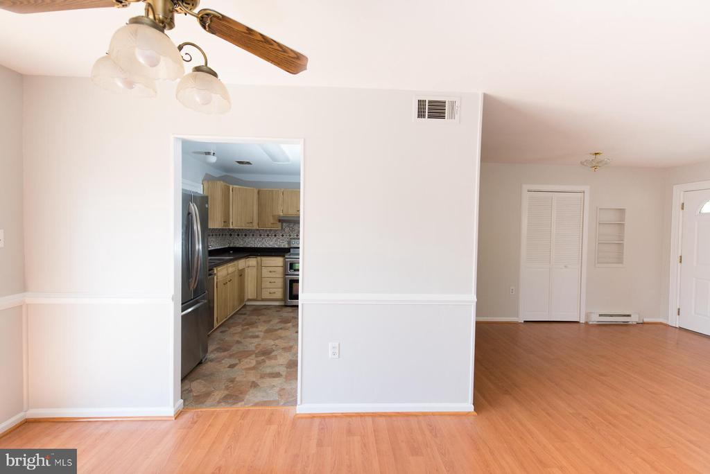 Quickly serve up guest from kitchen to dining - 203 W HANOVER PL, STERLING