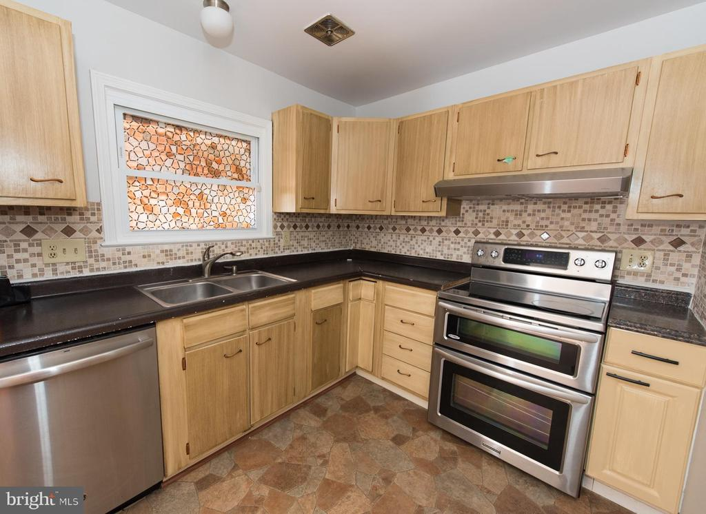 Enjoy your 2015  update  with stainless appliances - 203 W HANOVER PL, STERLING