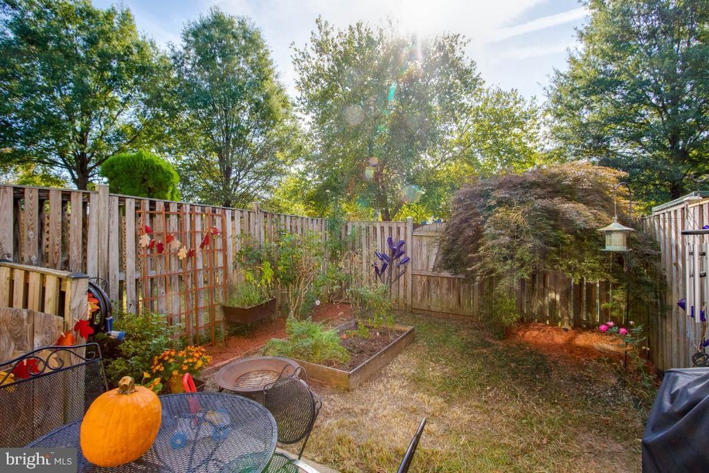 Relaxing , fenced yard - 6509 BRICK HEARTH CT, ALEXANDRIA