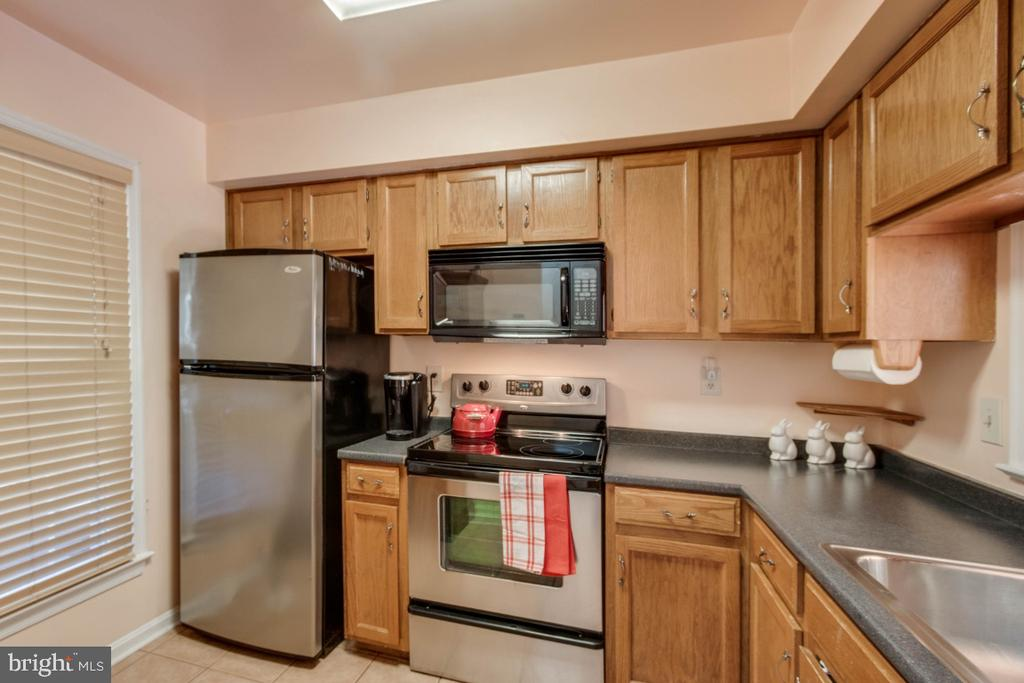 Lots of space in this kitchen! - 6509 BRICK HEARTH CT, ALEXANDRIA