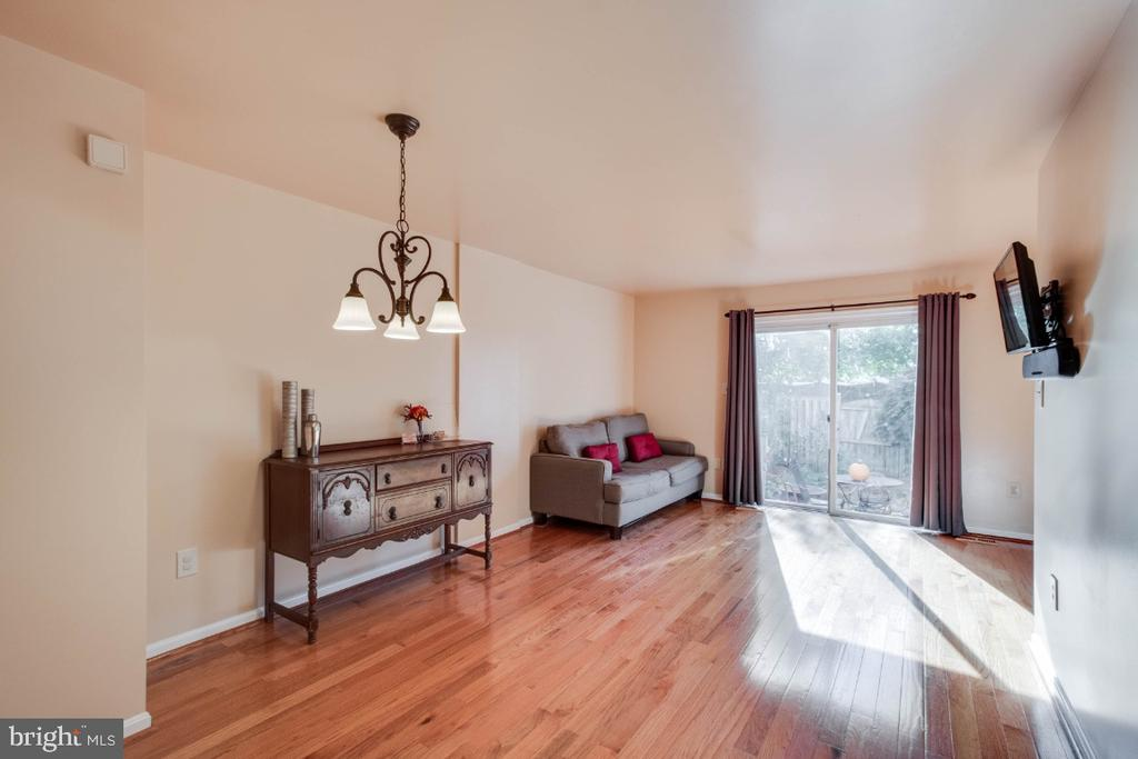 Huge main floor with sunny exit to yard - 6509 BRICK HEARTH CT, ALEXANDRIA