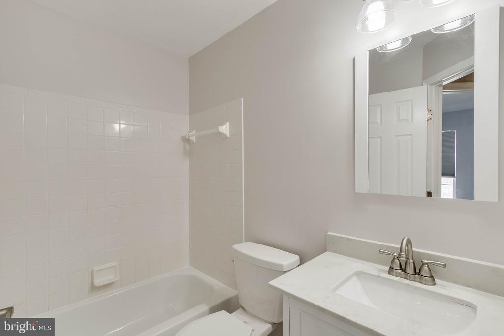 2nd fully renovated bath upstairs! - 4990 MARSHLAKE LN, DUMFRIES