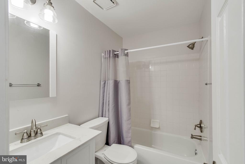 Upstairs full renovated Bath! - 4990 MARSHLAKE LN, DUMFRIES