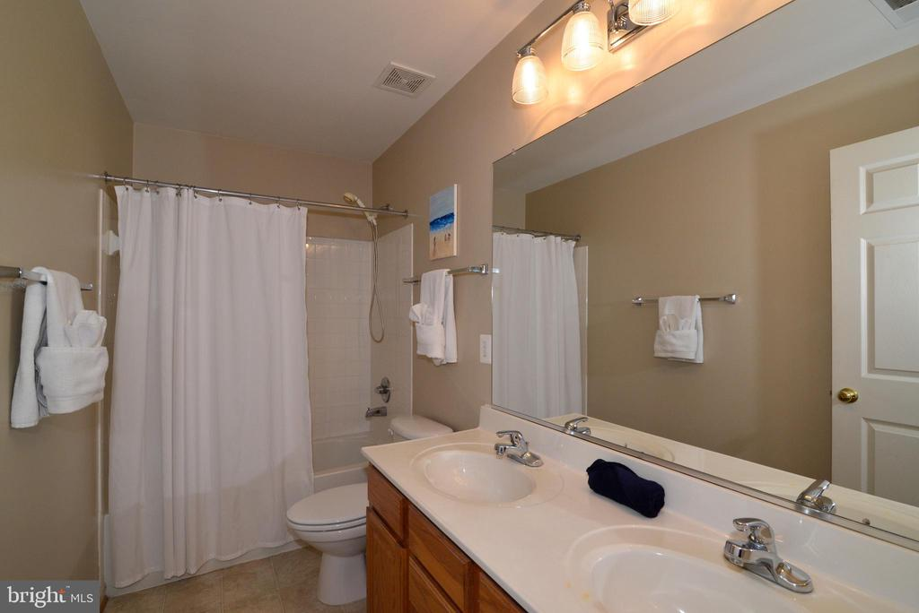 Upstairs Bath - 245 E SKYLINE DR, PURCELLVILLE