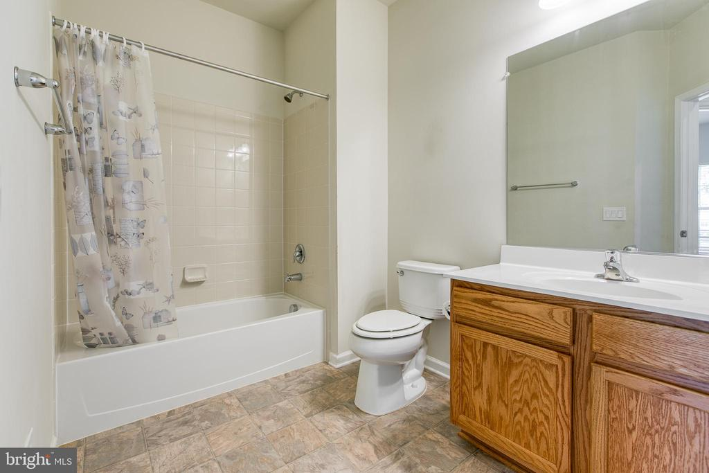Full bathroom with large vanity and walk tub/showe - 220 LONG POINT DR, FREDERICKSBURG