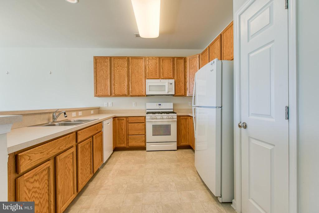 Upgraded cabinets for extra storage. - 220 LONG POINT DR, FREDERICKSBURG