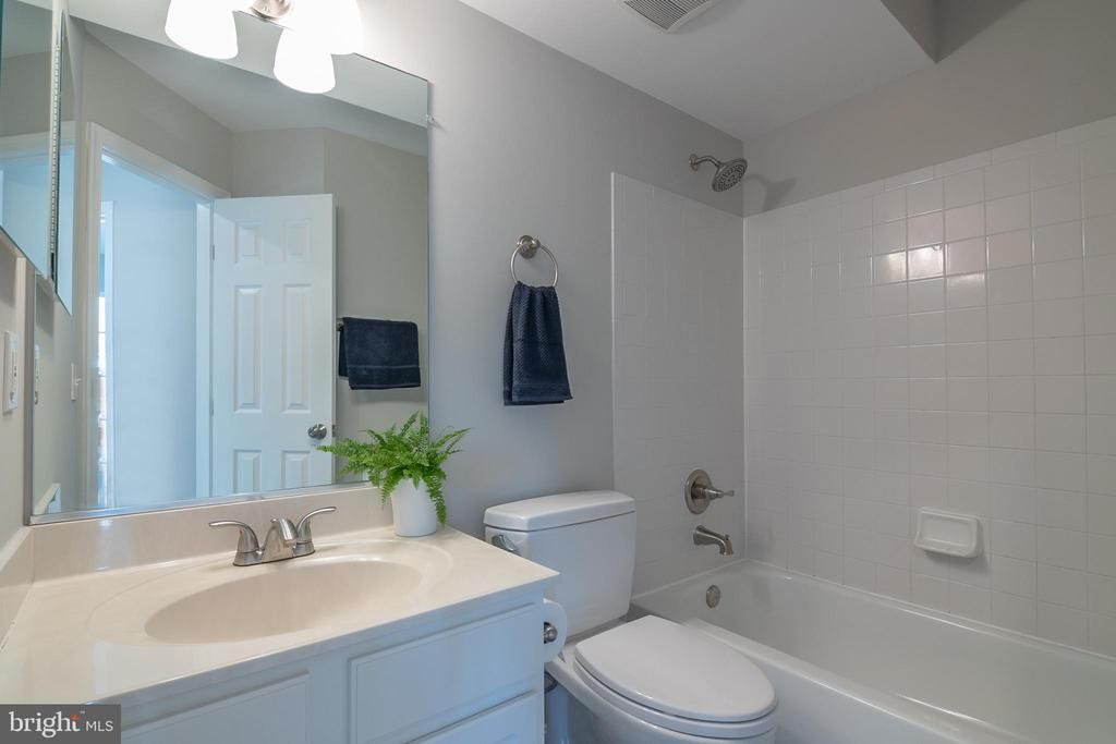 Hall bath on 2nd floor - 3968 HARTLAKE ST, WOODBRIDGE