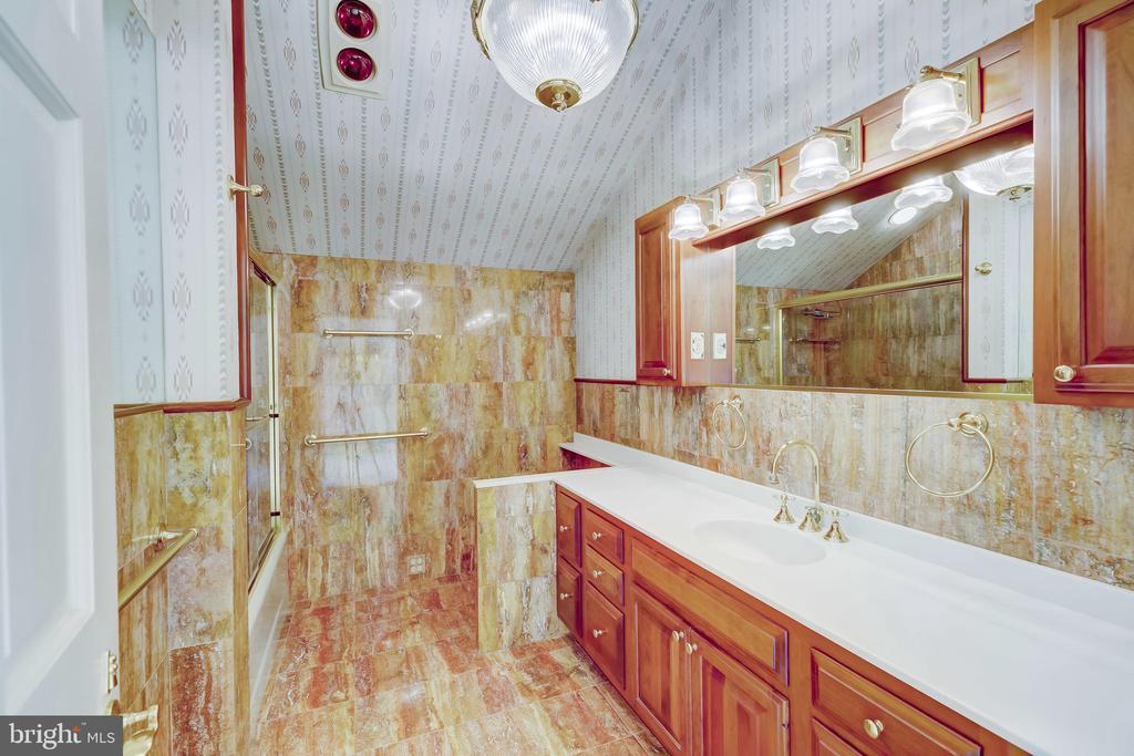 Apartment Bath - 15404 TANYARD RD, SPARKS GLENCOE