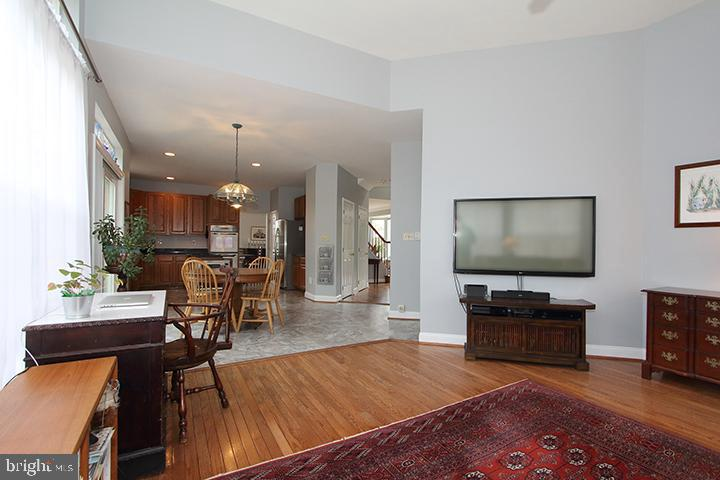 Family room overlooking kitchen - 806 SANTMYER DR SE, LEESBURG