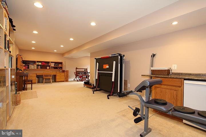 Large recreation room in lower level - 806 SANTMYER DR SE, LEESBURG