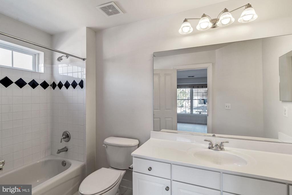 Upper Level Full Bath - 7874 PROMONTORY CT, DUNN LORING