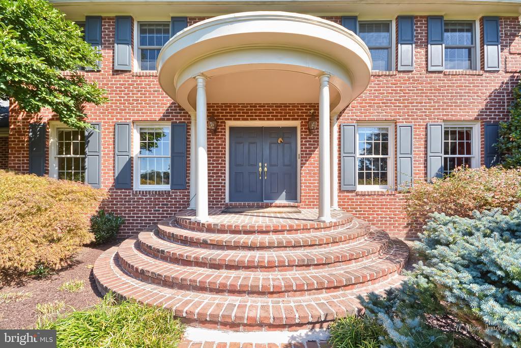Brick circular porch - 5223 FAIRGREENE WAY, IJAMSVILLE