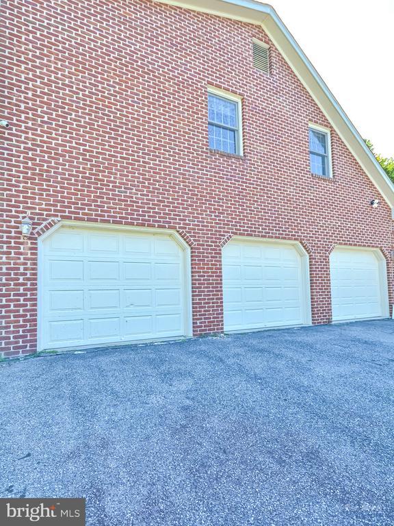 Three car over sized garage with basement access - 5223 FAIRGREENE WAY, IJAMSVILLE