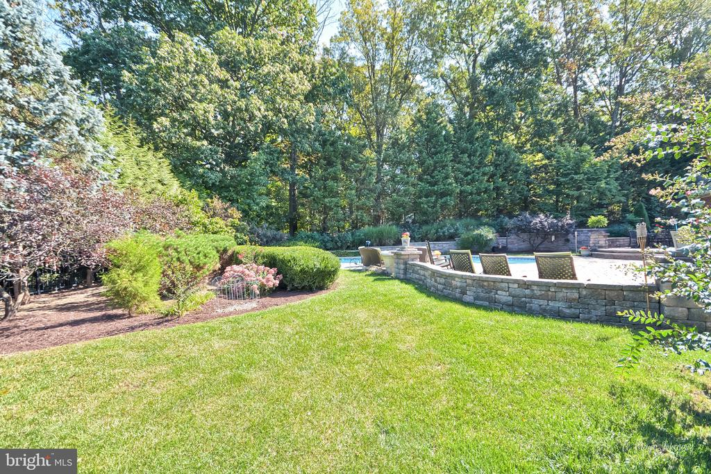 Private Rear yard with extensive ~landscaping - 5223 FAIRGREENE WAY, IJAMSVILLE
