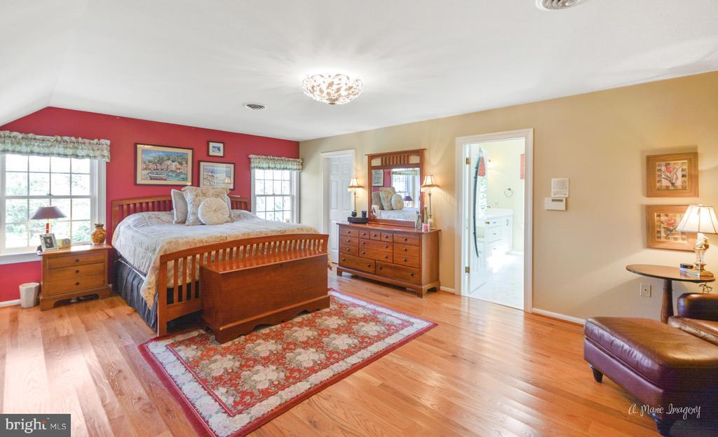 Master bedroom with walk-in closet - 5223 FAIRGREENE WAY, IJAMSVILLE