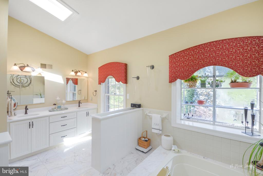 Luxury mater bath with two person jetted tub - 5223 FAIRGREENE WAY, IJAMSVILLE