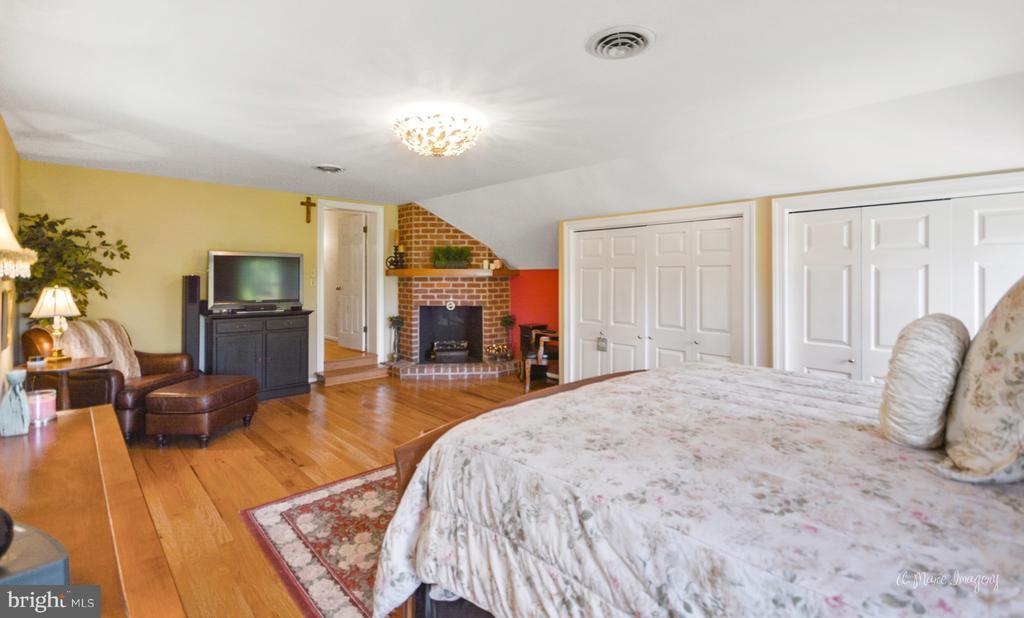 Master bedroom with hardwood flooring~& fireplace - 5223 FAIRGREENE WAY, IJAMSVILLE