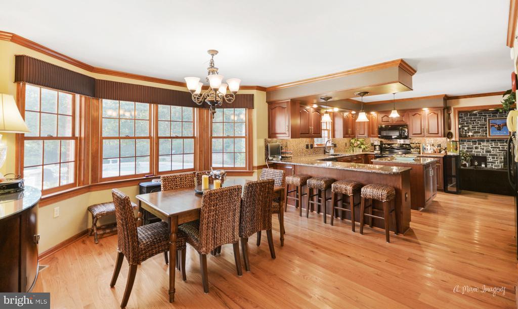 Spacious eat-in kitchen with hardwood - 5223 FAIRGREENE WAY, IJAMSVILLE
