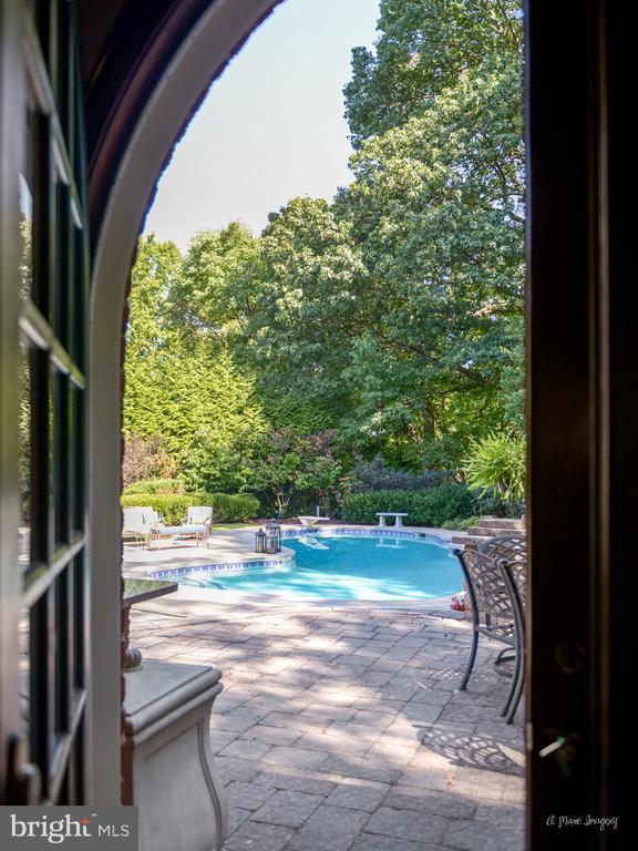 Great room opening to outdoor living space - 5223 FAIRGREENE WAY, IJAMSVILLE