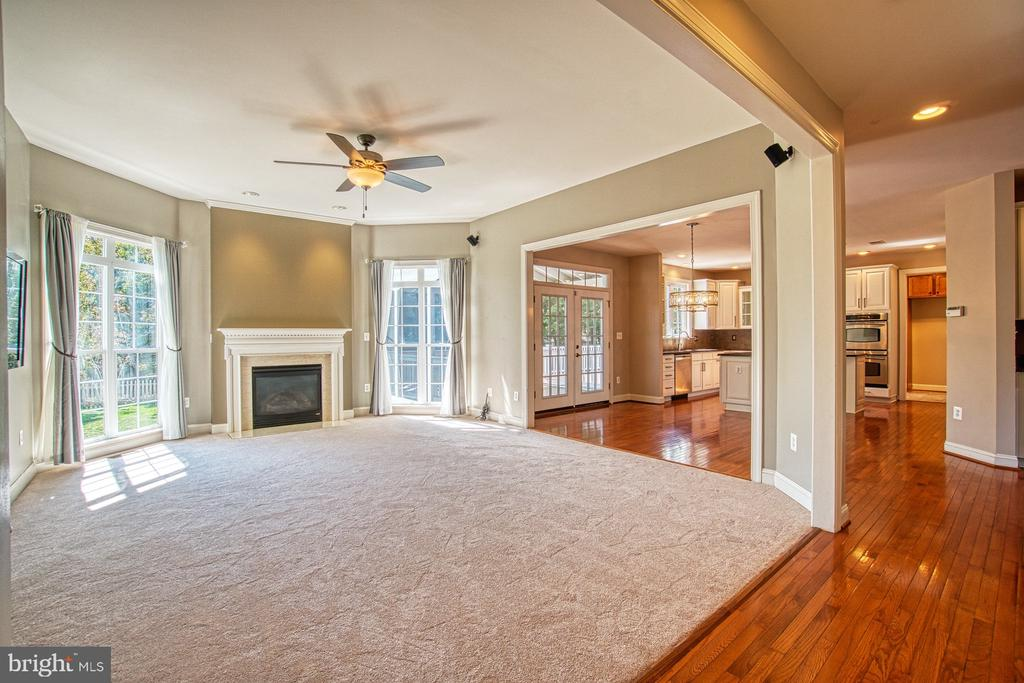 Beautiful Family Room with Gas Fireplace - 42763 FOREST CREST CT, ASHBURN