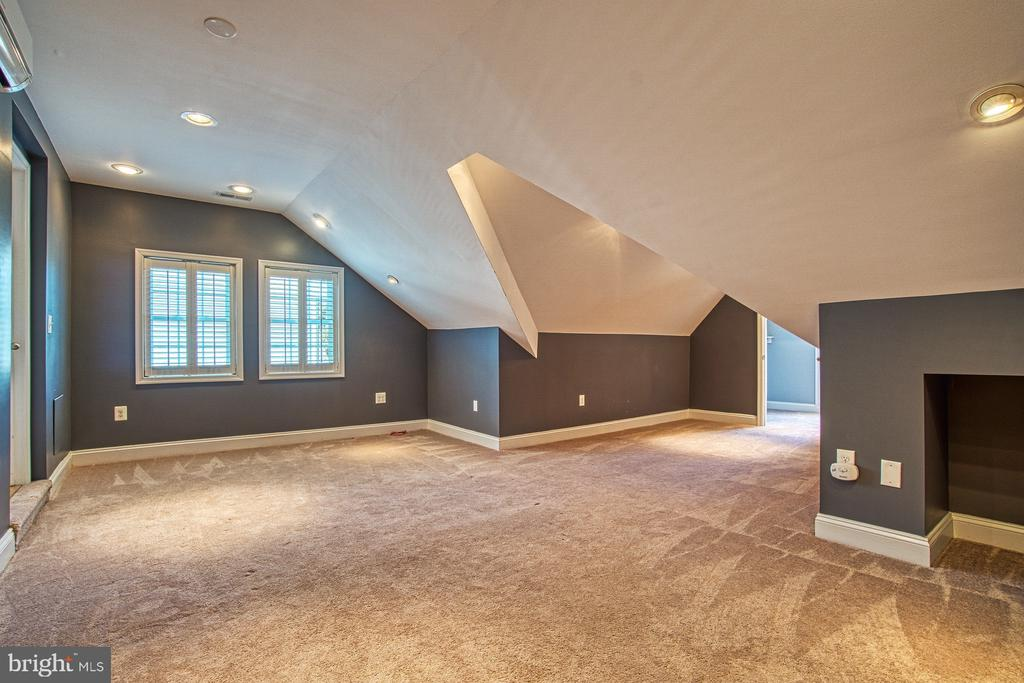 Large Bedroom Suite #2  Located Above the Garage - 42763 FOREST CREST CT, ASHBURN