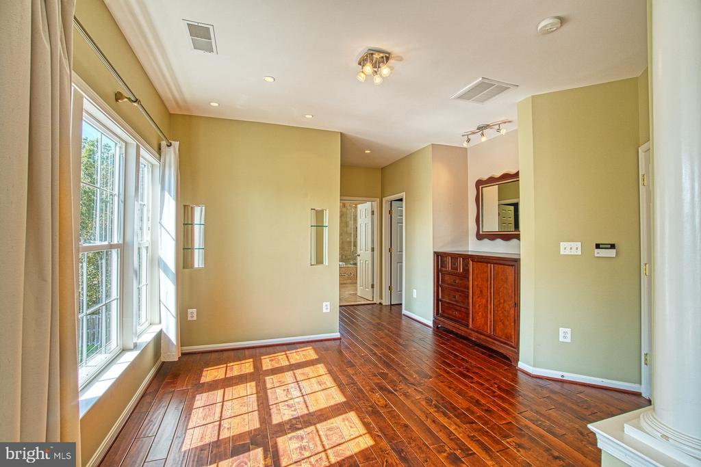 Stunning Dressing Room with Built-Ins - 42763 FOREST CREST CT, ASHBURN