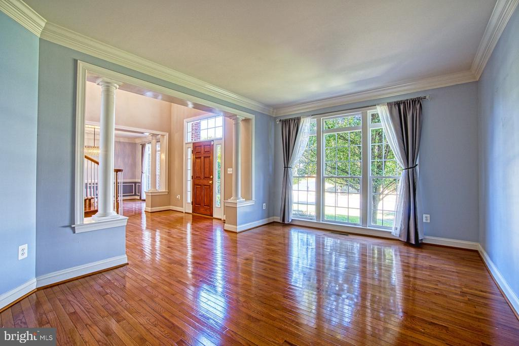 Beautiful Light Filled Living Room - 42763 FOREST CREST CT, ASHBURN