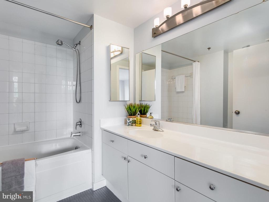 Master bath - 3883 CONNECTICUT AVE NW #707, WASHINGTON