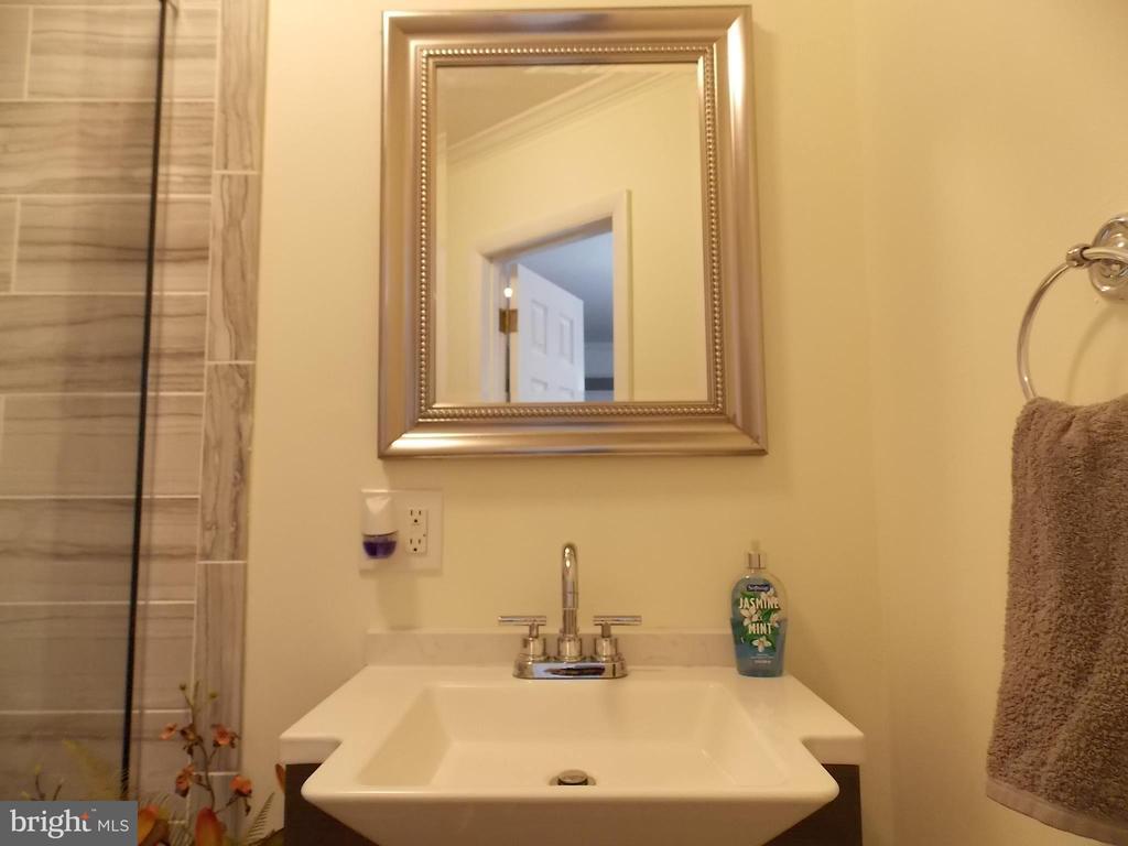 Bathroom Main Floor 2 - 111 PIERCE ST, MANASSAS PARK