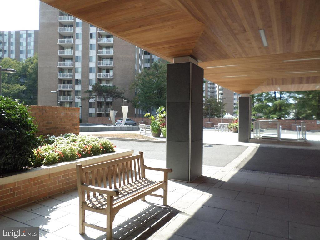 Front entrance with sitting area & guest parking - 2939 VAN NESS ST NW #726, WASHINGTON