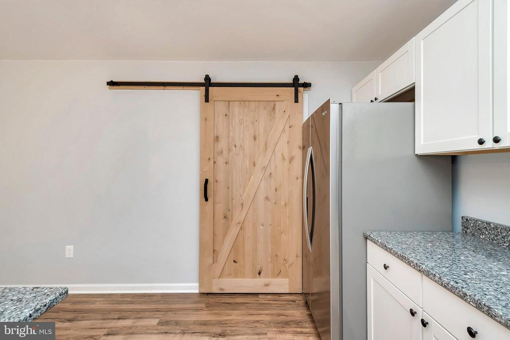 Barn door seperating laundry/kitchen - 4152 JARRELLS WAY, BURR HILL