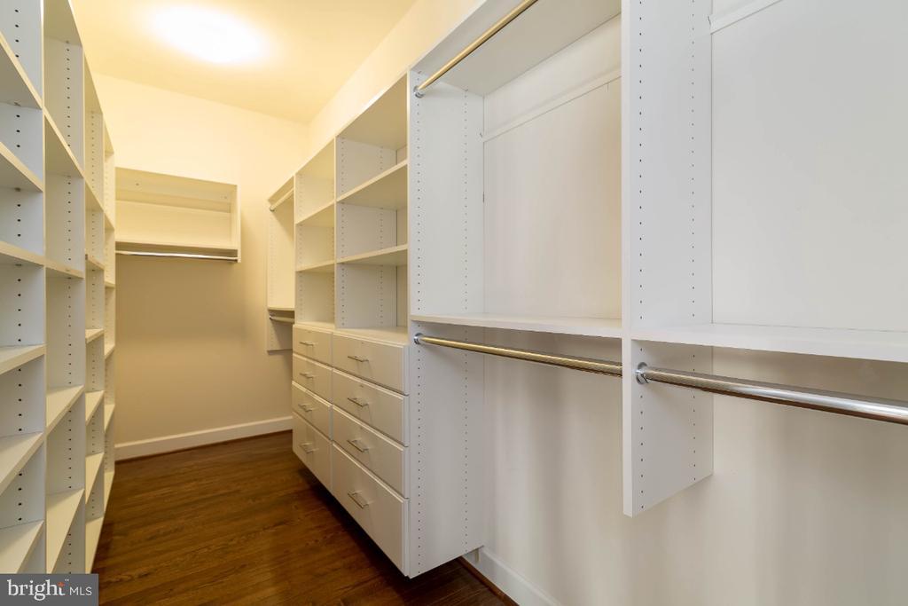 2 walk in closets with custom built-ins - 15475 BERKHAMSTEAD PL, LEESBURG