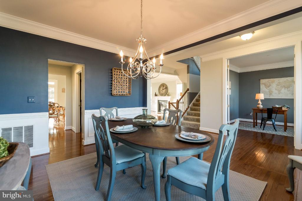Plenty of space for a large table and furniture - 15475 BERKHAMSTEAD PL, LEESBURG