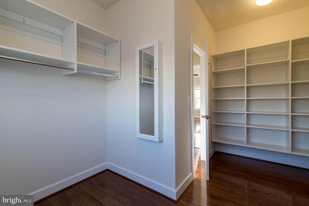 A closet so big it can be a dressing room - 15475 BERKHAMSTEAD PL, LEESBURG