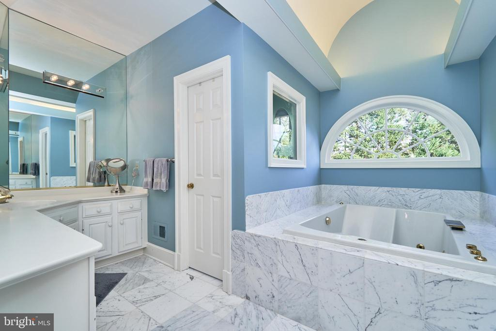 Jetted Tub and Dual Vanities - 1607 FIELDING LEWIS WAY, MCLEAN