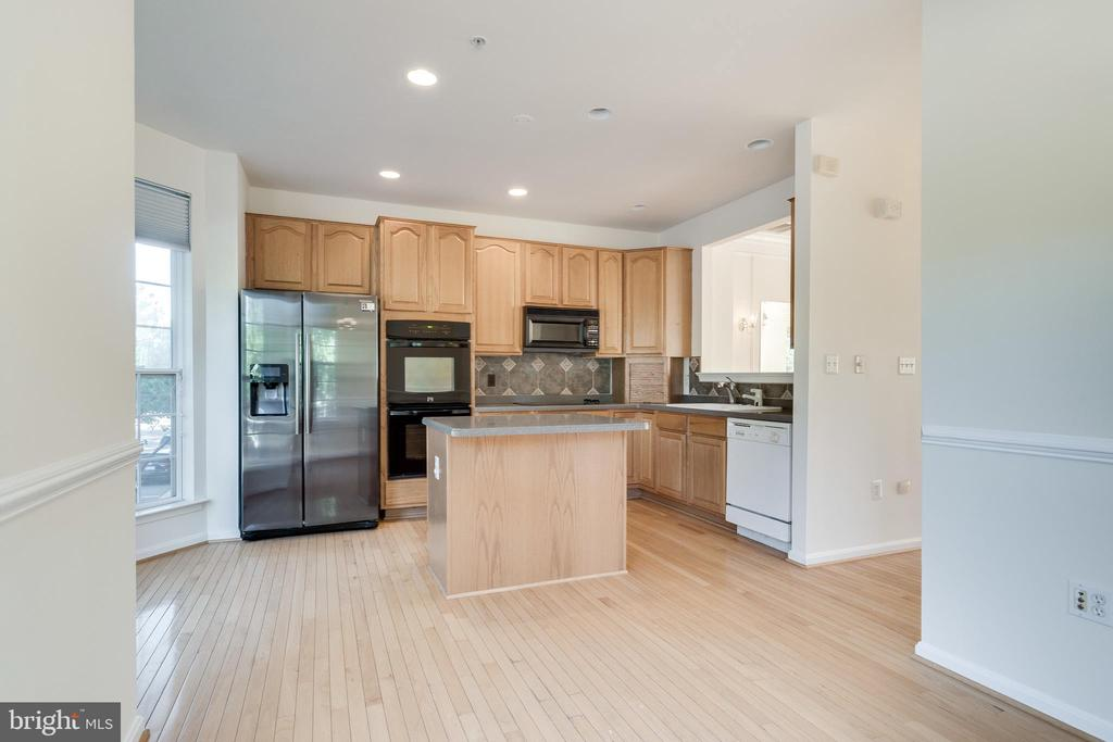 LARGE KITCHEN WITH BREAKFAST ROOM - 336 CAMERON STATION BLVD, ALEXANDRIA