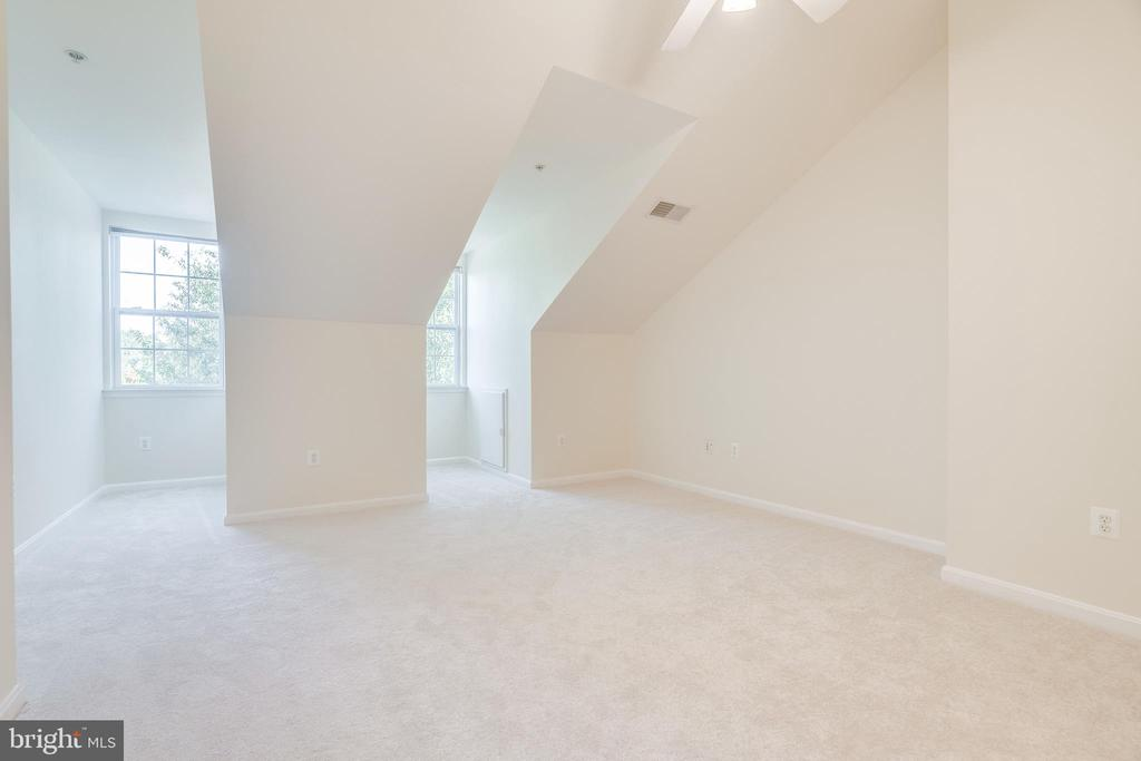 4TH LEVEL WITH 3RD BEDROOM - 336 CAMERON STATION BLVD, ALEXANDRIA