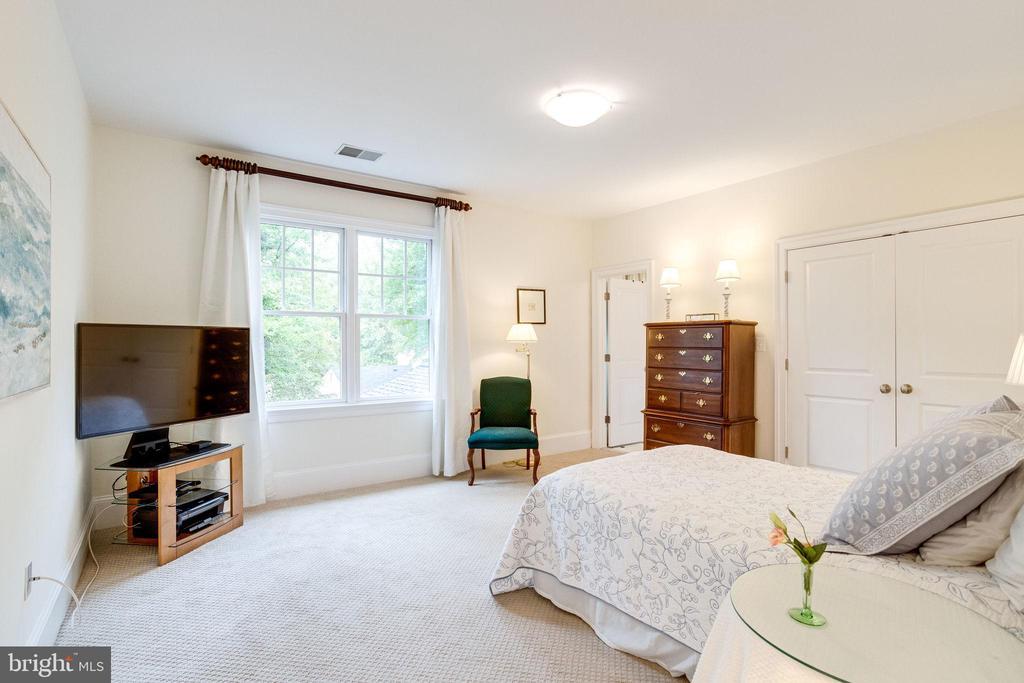 Bedroom 3 w/ ensuite bath - 7357 NICOLE MARIE CT, MCLEAN