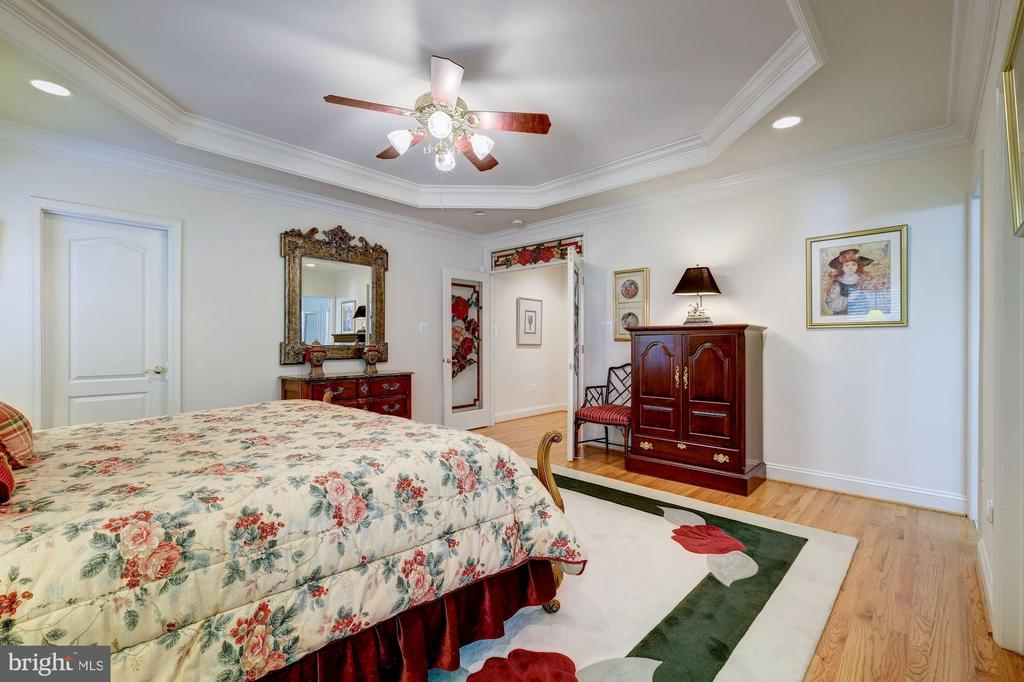 FEATURES LARGE HIS & HERS CLOSETS & CUSTOM CABINET - 2669 BROOK VALLEY RD, FREDERICK