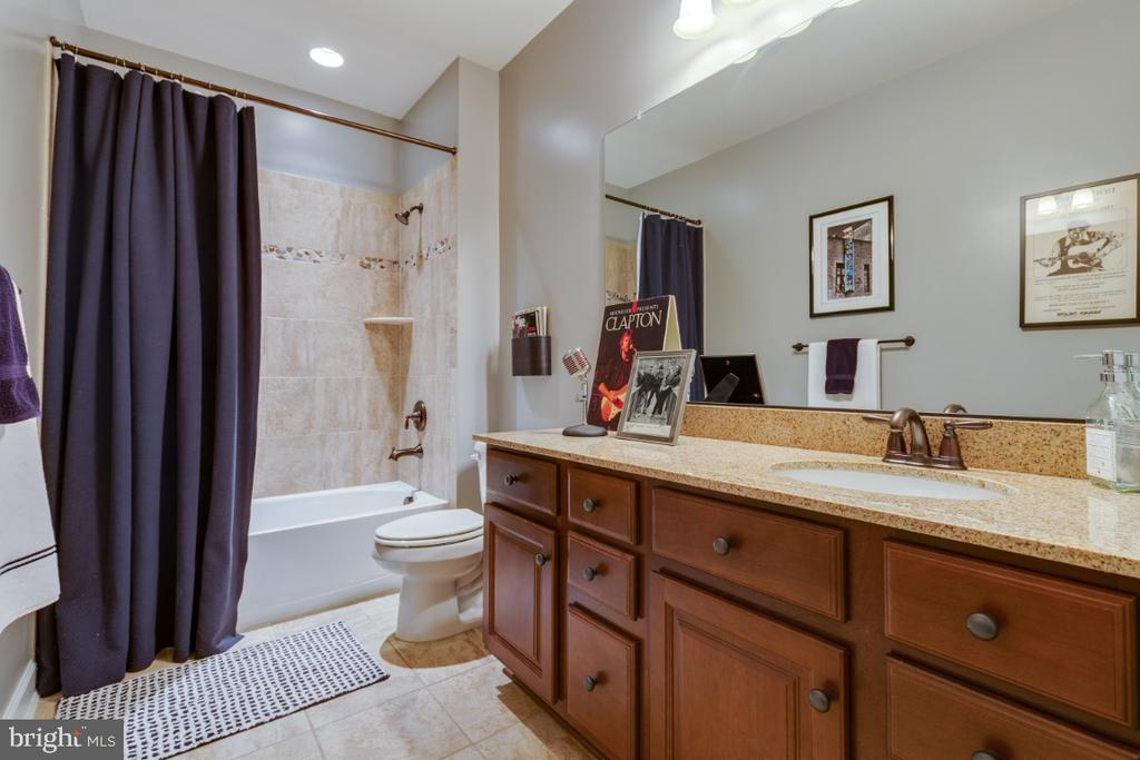 Full bathroom 5 dual entry with basement bedroom - 25401 JUBILANT DR, ALDIE