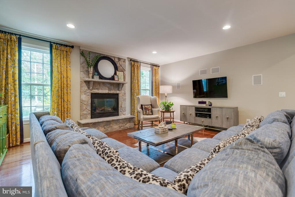 Stunning stone gas fireplace centers family room - 25401 JUBILANT DR, ALDIE