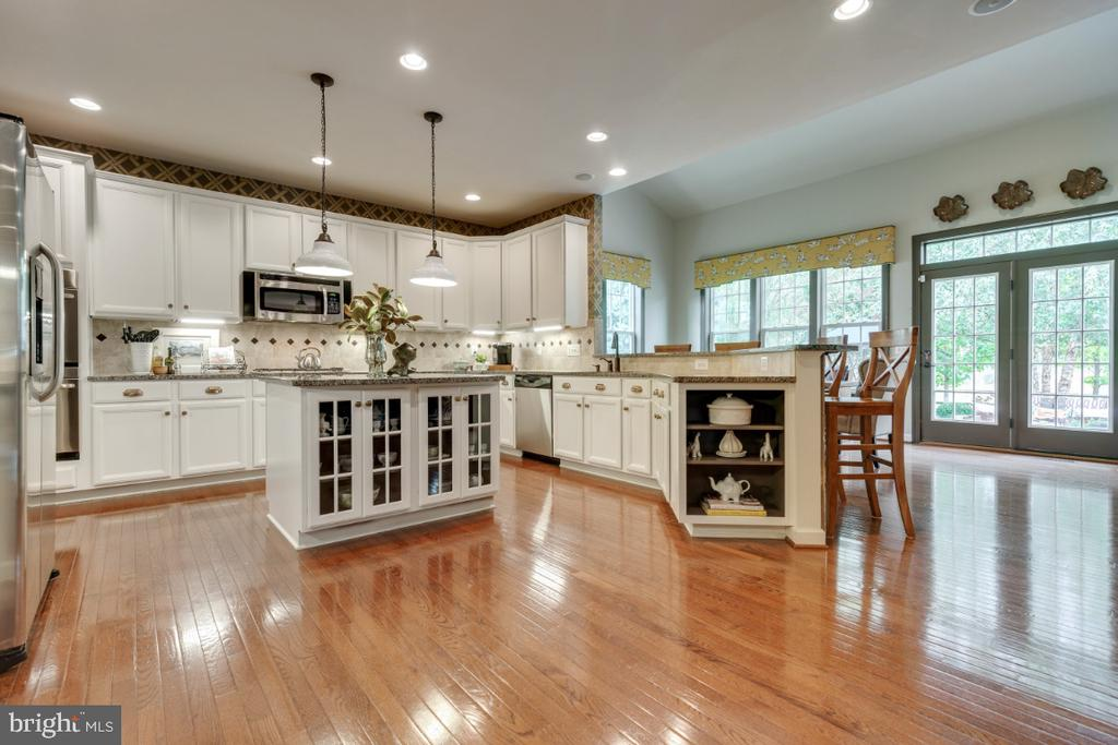 Breakfast room off kitchen with doors to patio. - 25401 JUBILANT DR, ALDIE