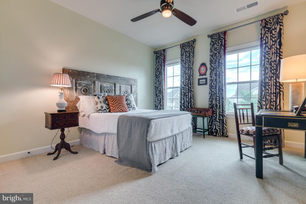 Bedroom 2 with vaulted ceiling. - 25401 JUBILANT DR, ALDIE