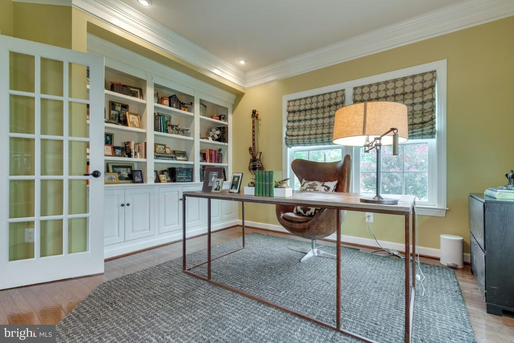 Office with built-in bookshelves and crown molding - 25401 JUBILANT DR, ALDIE