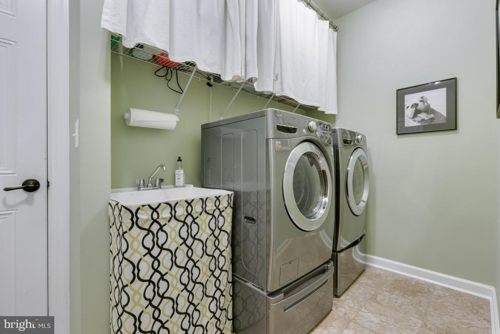 Mud room laundry off garage and kitchen - 25401 JUBILANT DR, ALDIE